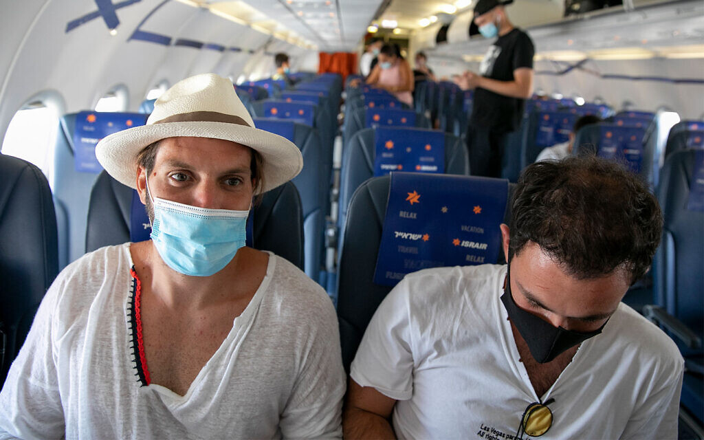 Travelers on an an Israir flight between Tel Aviv and Eilat on August 17, 2020. (Olivier Fitoussi/Flash90)