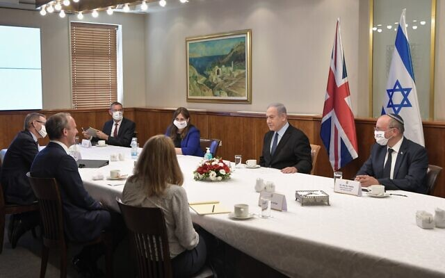 Prime Minister Benjamin Netanyahu (second from R) and his staff meet with British Foreign Minister Dominic Raab and his team at the Prime Minister's Office in Jerusalem on August 25, 2020. (Kobi Gideon/GPO)