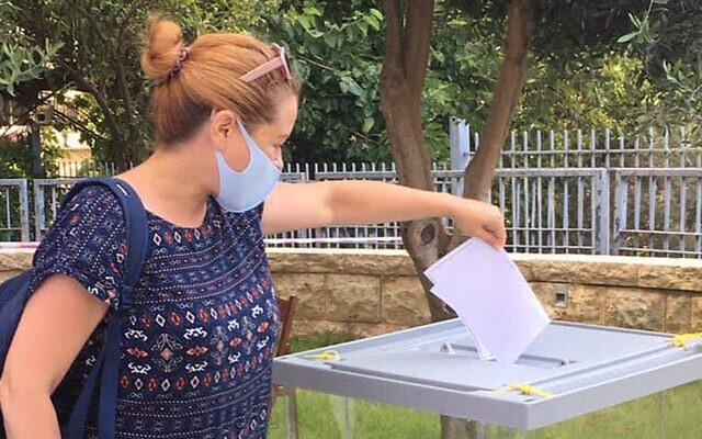 Yael Ilinsky votes for a second time at the Russian consulate in Haifa in June 2020 (Yael Ilinsky/Facebook)