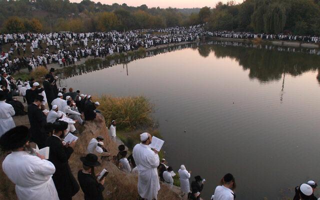 File: Pilgrims to Uman celebrating at the grave of Rebbe Nachman, September 7, 2013. (Yaakov Naumi/Flash90)