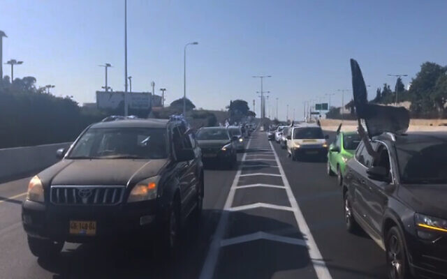 A protest convoy on its way to Jerusalem for demonstrations against Prime Minister Benjamin Netanyahu during the national lockdown, Saturday, September 26, 2020 (video screenshot)