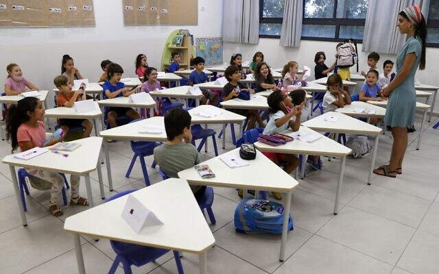 Israeli children attend class during the first day of school, during the coronavirus pandemic, in Tel Aviv on September 1, 2020. (JACK GUEZ / AFP)