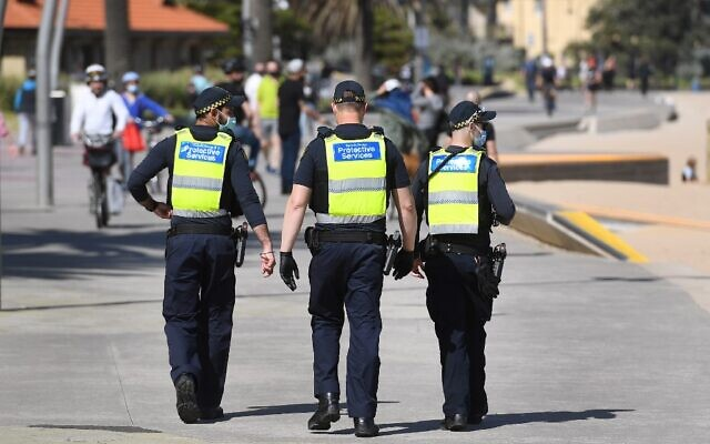Protective services officers patrol along the St Kilda Beach foreshore in Melbourne on September 3, 2020, as the city battles an outbreak of the COVID-19 coronavirus.(William WEST / AFP)