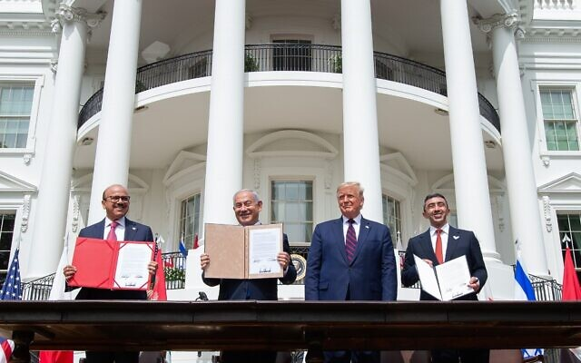 (L-R)Bahrain Foreign Minister Abdullatif al-Zayani, Israeli Prime Minister Benjamin Netanyahu, US President Donald Trump, and UAE Foreign Minister Abdullah bin Zayed Al-Nahyan hold up documents after participating in the signing of the Abraham Accords where the countries of Bahrain and the United Arab Emirates recognize Israel, at the White House in Washington, DC, September 15, 2020. (SAUL LOEB / AFP)