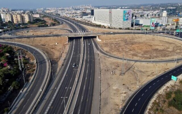 A aerial view taken in the Israeli Mediterranean city of Netanya, shows an empty road after the authorities imposed a series of new measures meant to curb the spread of the novel coronavirus, on September 18, 2020.(Photo by JACK GUEZ / AFP)