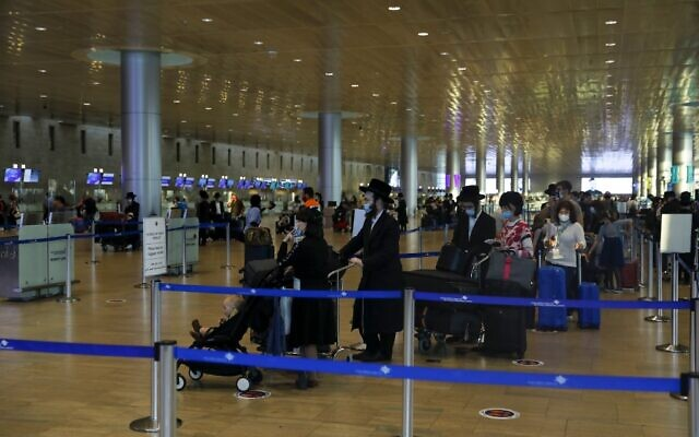 Passengers pictured at Ben Gurion Airport on September 24, 2020, during the Coronavirus pandemic. (Ahmad GHARABLI / AFP)