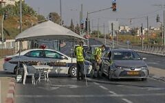 Israeli policemen stop vehicles at a checkpoint in East Jerusalem while enforcing a nationwide lockdown to curb the spread of the novel coronavirus, on September 25, 2020 (AHMAD GHARABLI / AFP)