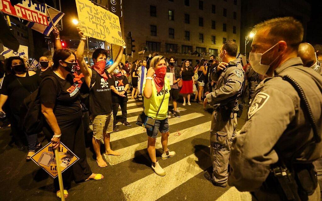 Israeli protesters gather during a demonstration amid a second lockdown in front of Prime Minister Benjamin Netanyahu's residence in Jerusalem, on September 26, 2020. (EMMANUEL DUNAND / AFP)