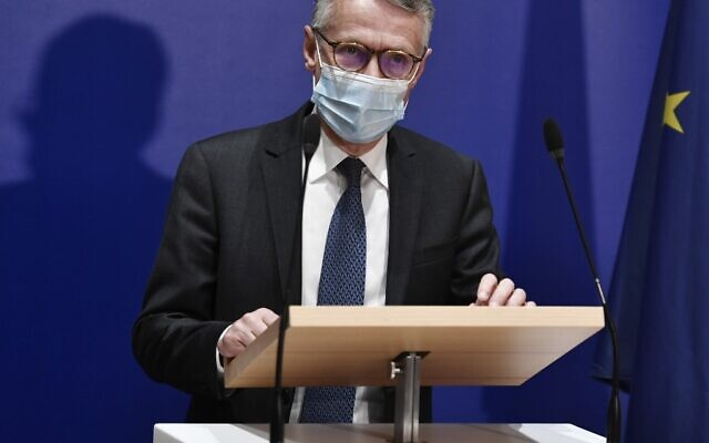 Anti-terrorism state prosecutor Jean-Francois Ricard wearing a face mask speaks during a press conference on September 29, 2020, after a man armed with a knife seriously wounded two people on September 25, 2020, in a suspected terror attack outside the former offices of French satirical weekly Charlie Hebdo in Paris. (Photo by STEPHANE DE SAKUTIN / AFP)