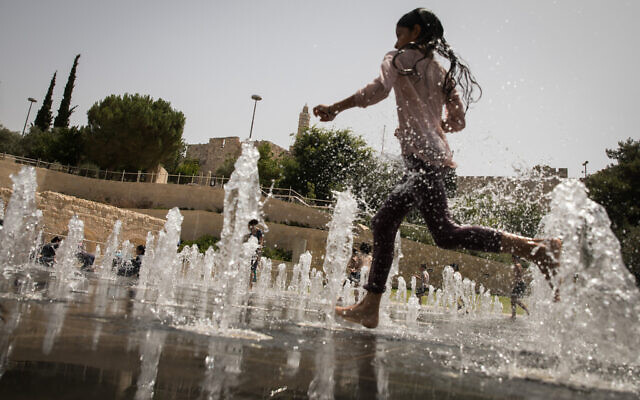 Illustrative: Israeli children enjoy the splash fountain at Teddy Park in Jerusalem (Hadas Parush/Flash90)