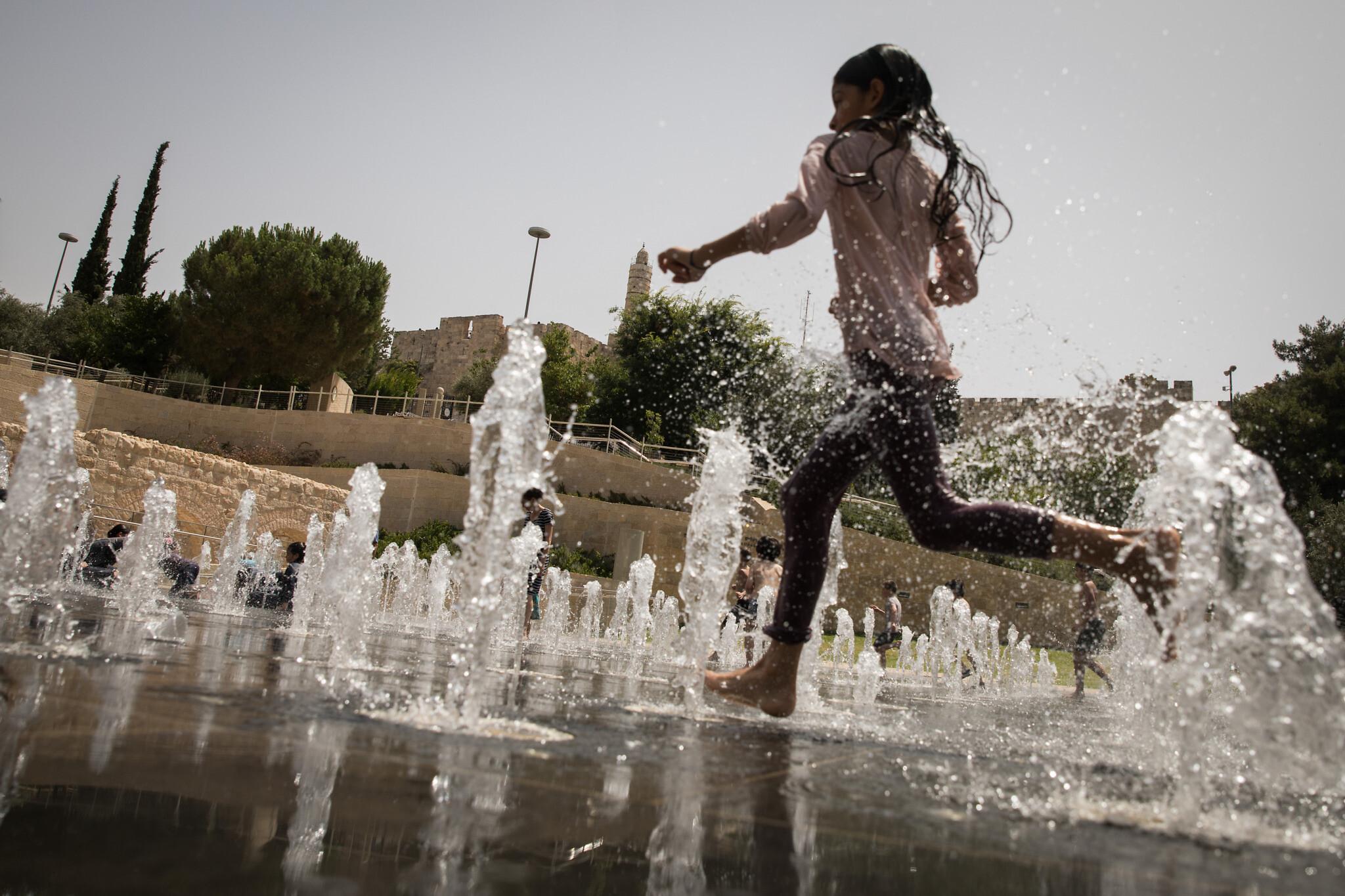 Illustrative: Israeli children enjoy the splash fountain at Teddy Park in Jerusalem (Hadas Parush/Flash90)