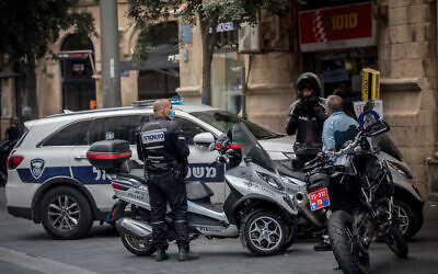 Police officers on Jaffa Street in Jerusalem on August 10, 2020. (Yonatan Sindel/Flash90)