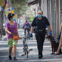 Israelis wear protective face masks in Tel Aviv, September 3, 2020. (Miriam Alster/Flash90)