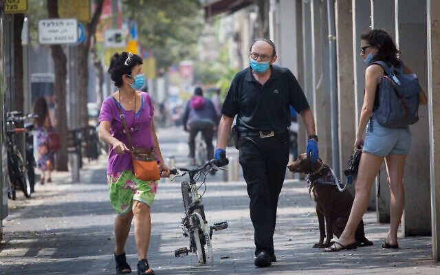 Israelis wear protective face masks in Tel Aviv, September 3, 2020. (Miriam Alster/Flash90)
