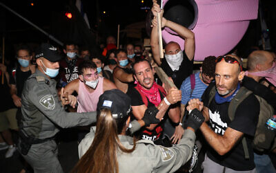 Israelis clash with police during a protest march against Prime Minister Benjamin Netanyahu in Jerusalem on their way to Netanyahu's official residence on Balfour Street, September 5, 2020. (Yonatan Sindel/Flash90)
