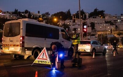 Israeli police seen at the entrance to the neighborhood of Ramot in Jerusalem, as Israel enforces a night curfew, applied to some 40 cities all over Israel which have been badly affected by the coronavirus, September 9, 2020. (Yonatan Sindel/ Flash90)