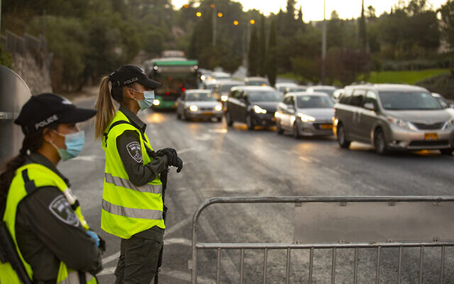 Israeli police seen at the entrance to the neighborhood of Ramot in Jerusalem as Israel enforces a night curfew. September 13, 2020.(Yonatan Sindel/Flash90)