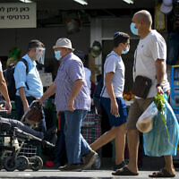 Israelis shop for groceries at the Mahane Yehuda market in Jerusalem on September 14, 2020.(Olivier Fitoussi/Flash90)