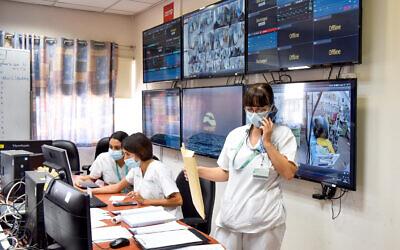 Soroka Medical Center staff members at the hospital's coronavirus ward, in Be'er Sheva, on September 15, 2020. (Yossi Zeliger/Flash90)