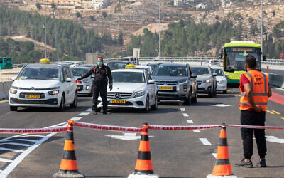 Police establish a roadblock on a road leading to Ein Hemed, near Jerusalem, on September 18, 2020, as a national lockdown comes into effect (Olivier Fitoussi/Flash90)