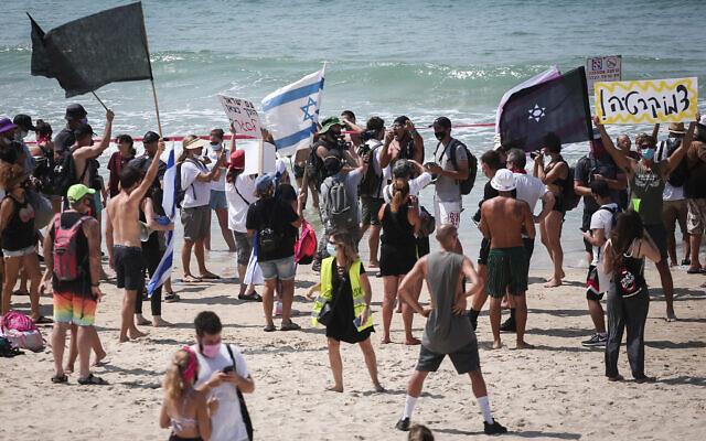 Israelis protest against the nationwide lockdown and Prime Minister Benjamin Netanyahu on the beach in Tel Aviv, September 19, 2020 (Miriam Alster/Flash90)