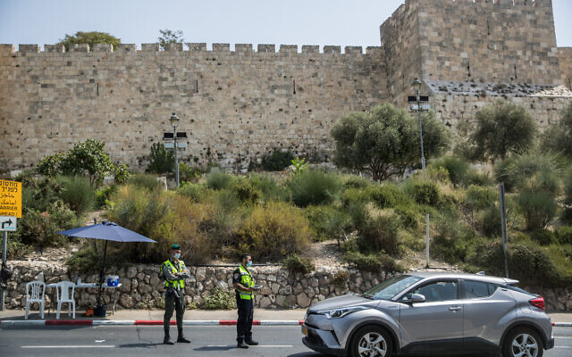Police at a temporary checkpoint outside Jerusalem's Old City, on September 19, 2020, during a nationwide lockdown (Yonatan Sindel/Flash90)