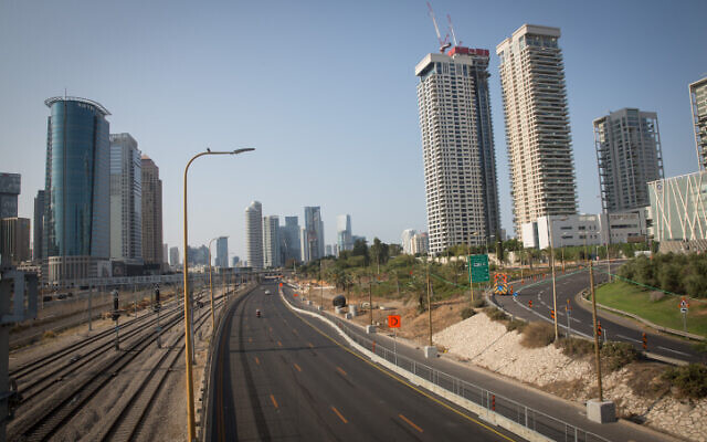The empty Ayalon Highway in Tel Aviv, on September 20, 2020 amid the second coronavirus lockdown. (Miriam Alster/Flash90)