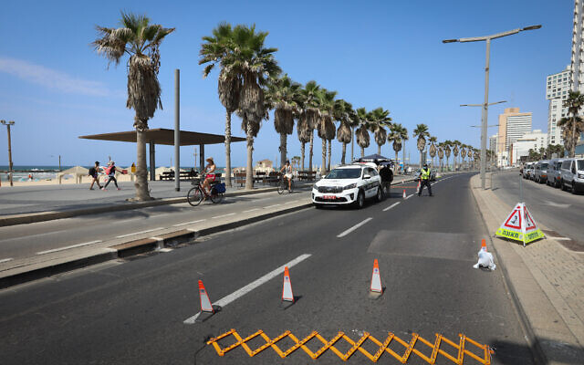 Police roadblock in Tel Aviv, on September 20, 2020. (Menachem Lederman/Flash90)