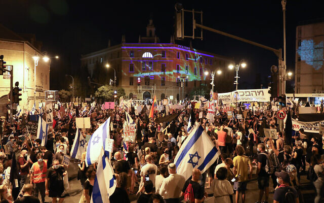 Israelis protest against Prime Minister Benjamin Netanyahu, outside the PM's official residence in Jerusalem on September 20, 2020. (Olivier Fitoussi/Flash90)