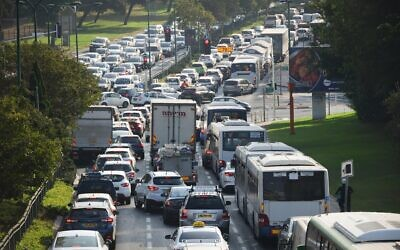 Traffic jams in Tel Aviv as police put up temporary checkpoints during a nationwide lockdown due to the coronavirus, September 21, 2020. (Avshalom Sassoni/Flash90)