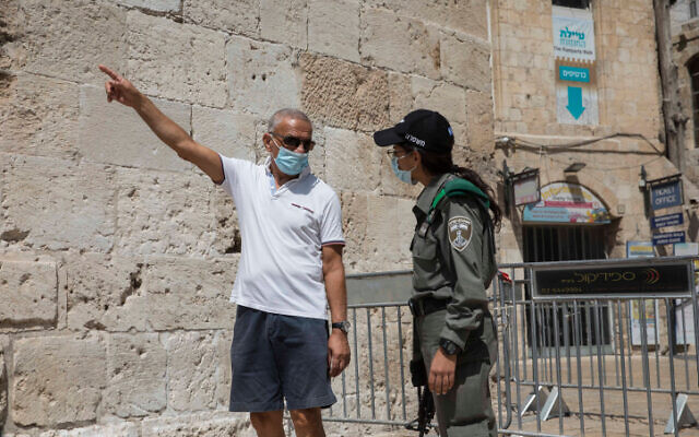 """Police at a temporary """"checkpoint"""" in Jerusalem, on September 21, 2020. (Nati Shohat/Flash90)"""