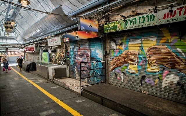 Shuttered stalls at Mahane Yehuda Market in Jerusalem on September 21, 2020, during a nationwide lockdown. (Yonatan Sindel/Flash90)