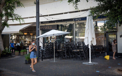 Closed down cafes and restaurants in Tel Aviv, on September 22, 2020 (Miriam Alster/Flash90)