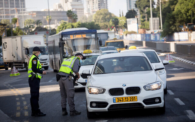 Police set up a temporary roadblock on Menachem Begin Street in Tel Aviv, on September 23, 2020. (Miriam Alster/Flash90)