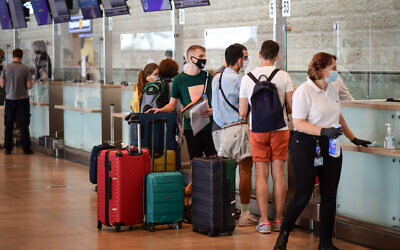 Passengers at the Ben Gurion International Airport on September 24, 2020. (Avshalom Sassoni/Flash90)