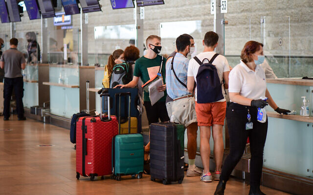 Passengers at the Ben Gurion International Airport on September 24, 2020. (Avshalom Sassoni/Flash90)