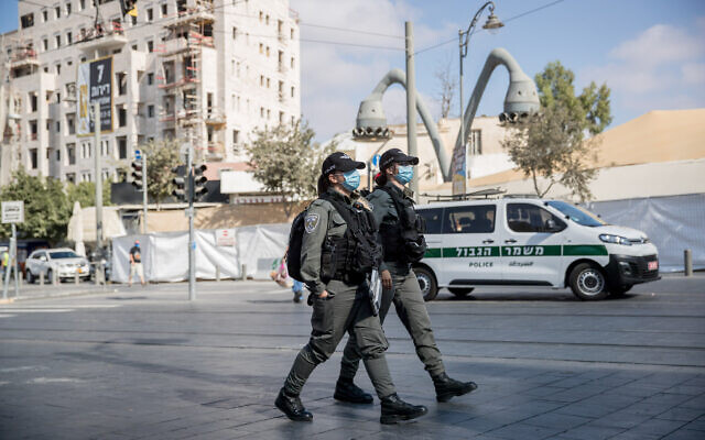 Police patrol outside the Mahane Yehuda Market in Jerusalem on September 25, 2020 (Yonatan Sindel/Flash90)