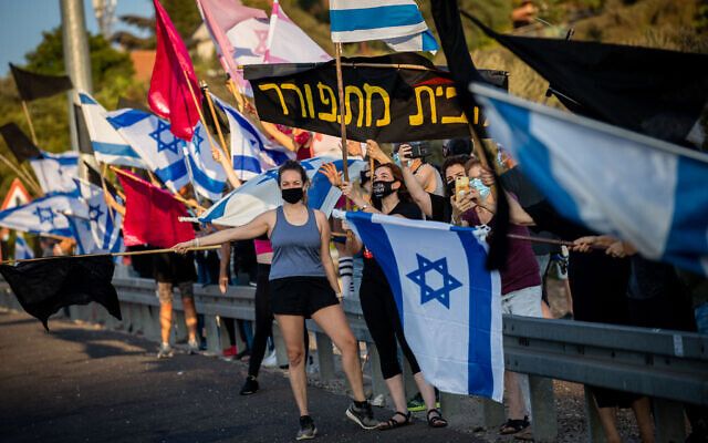 Protesters against Prime Minister Benjamin Netanyahu along Route 1 to Jerusalem, September 26, 2020, during a nationwide lockdown (Nati Shohat/Flash90)