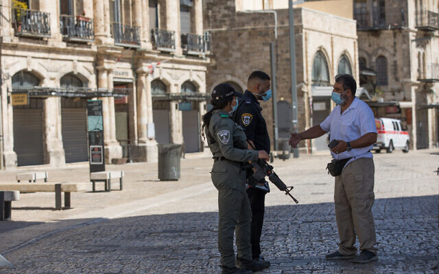 Israel Police officers at a temporary checkpoint in Jerusalem's Old City on September 27, 2020, during a nationwide lockdown to prevent the spread of COVID-19. (Nati Shohat/Flash90)