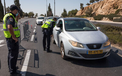 Police at a termporary roadblock in Jerusalem on September 27, 2020, during a nationwide lockdown (Nati Shohat/Flash90)