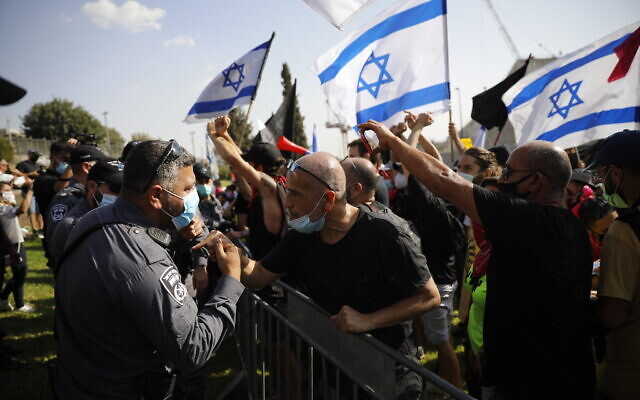 Anti-government protestors confront police outside the Knesset in Jerusalem on September 29, 2020. (Olivier Fitoussi/Flash90)