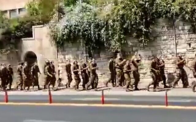 Soldiers from the IDF's religious Netzah Yehuda Battalion chant right-wing slogans at protesters outside the Prime Minister's Residence in Jerusalem on September 15, 2020. (Screen capture: Kikar Hashabbat)