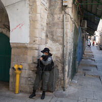 A border police officer on patrol in Jerusalem's Old City during a nationwide coronavirus lockdown, September 27, 2020. (Nati Shohat/Flash90)