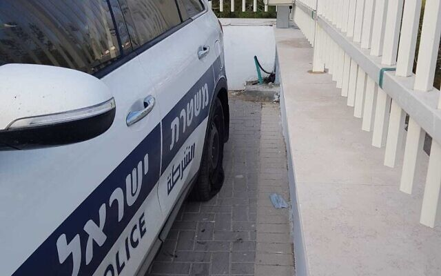 Tires slashed on a police car in the West Bank settlement of Yitzhar, September 23, 2020 (Israel Police)