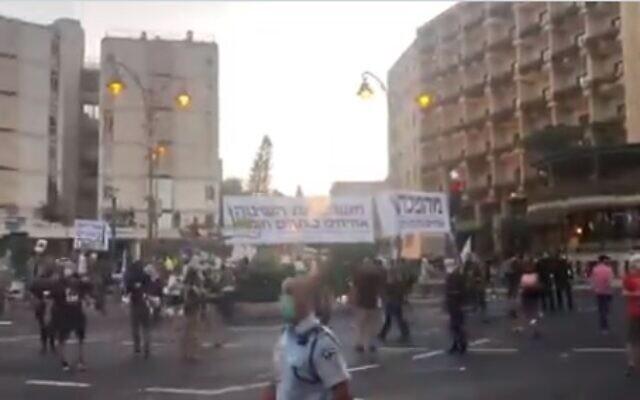 Demonstrators gather in Jerusalem's Paris Square for protests against Prime Minister Benjamin Netanyahu's residence, September 26, 2020 (video screenshot)