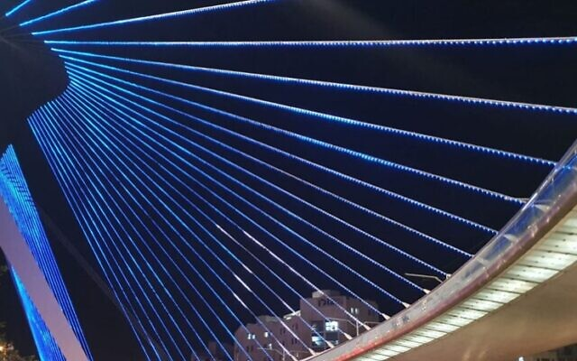 The renovated Chords Bridge at Jerusalem's entrance lights up, September 17, 2020 (Jerusalem Municipality)
