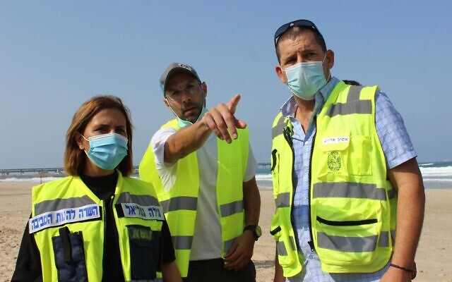 Environmental Protection Minister Gila Gamliel and Carmel Beach Regional Council head Asaf Izak (right) receive guidance on a drill for a potential oil leak from the Leviathan natural gas platform off Israel's northern Mediterranean coast, September 6, 2020. (Danny Shlomi, EcoOcean)