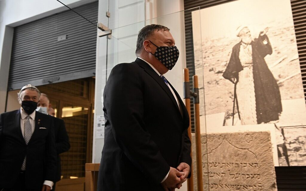 US Secretary of State Mike Pompeo visits the Jewish Museum in the northern city of Thessaloniki, on September 28, 2020 (Giannis Papanikos / POOL / AFP)