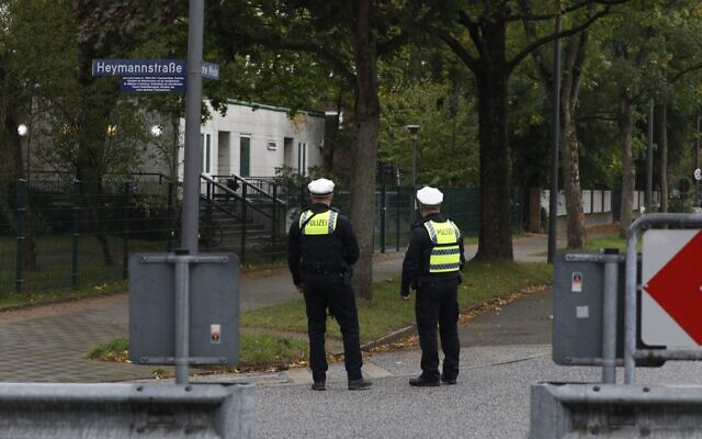Policemen stand guard in front of the Hohe Weide synagogue in Hamburg, northern Germany, on October 5, 2020 (MORRIS MAC MATZEN / AFP)
