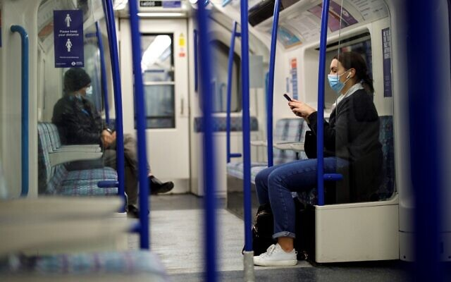 Commuters wear face-masks during morning rush hour on the Victoria Line of the London Underground in central London on October 16, 2020 (Tolga Akmen / AFP)